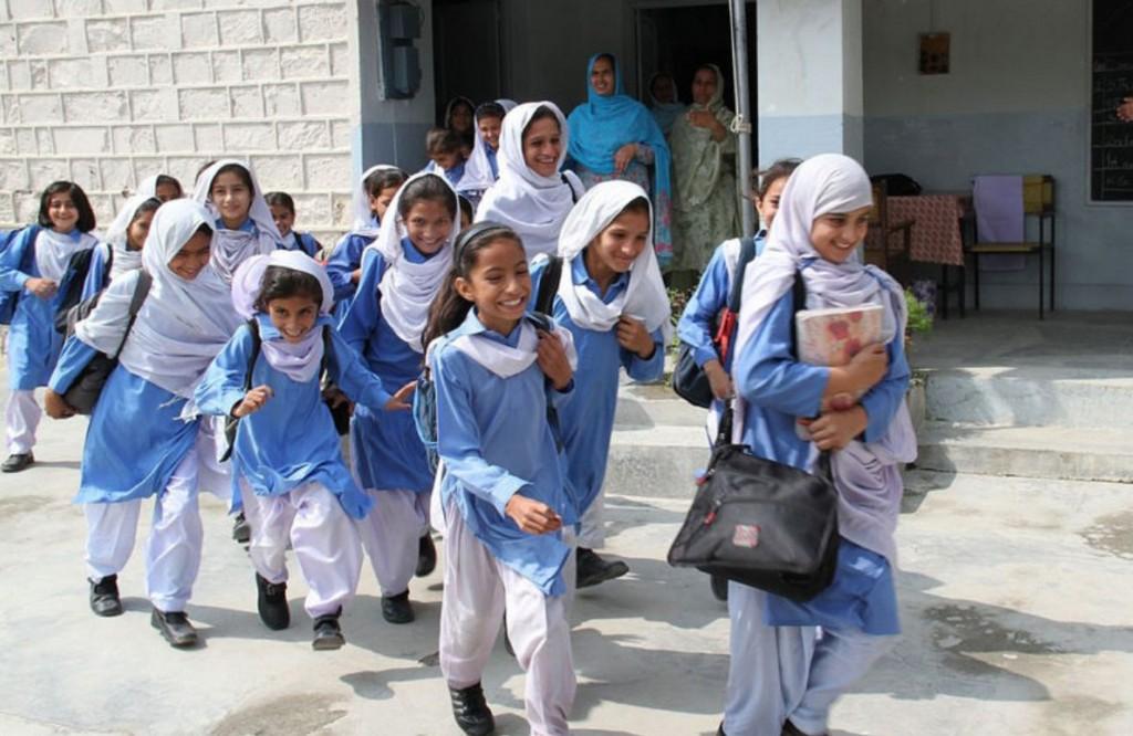 Школьная форма девочек Пакистана – белые брюки, голубое платье и белый платок