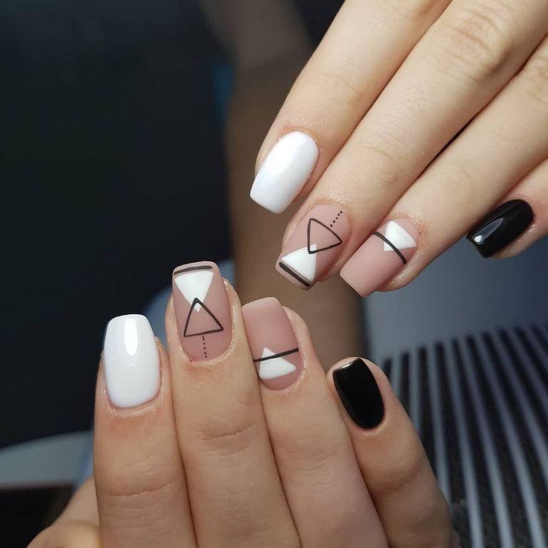 Белый, черный и нежно розовый геомерический маникюр