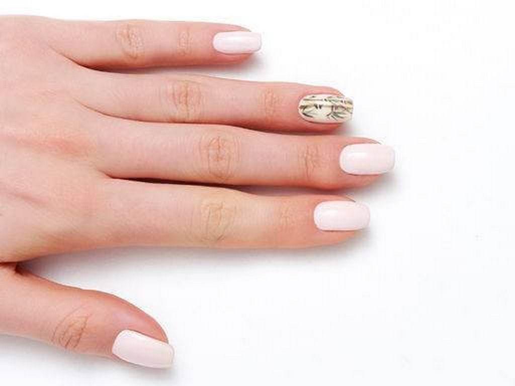 Белый маникюр с цветочным акцентом на одном пальце