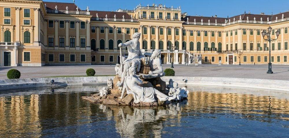 Двор Эренхоф с фонтаном, Дворец Шёнбрунн