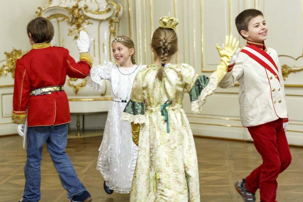 Мастера кадрили дают уроки юным ученикам, дворец Шёнбрунн