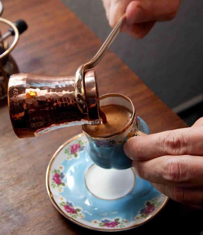 Чашка турецкого кофе, поданная из медной джезвы, в Турции