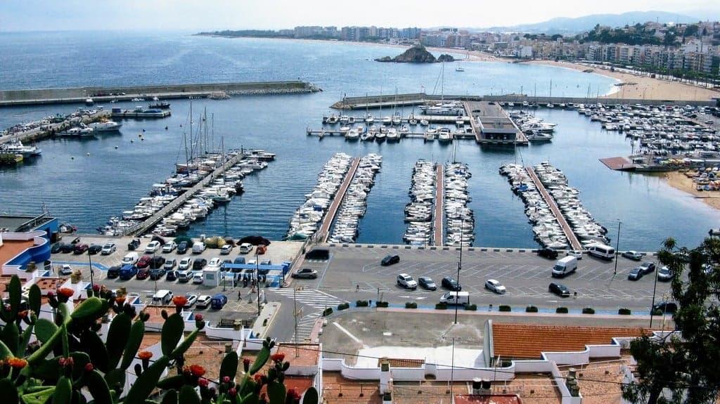 Вид на яхт-клуб и бухту  Бланес со стороны ботанического сада Маримуртра