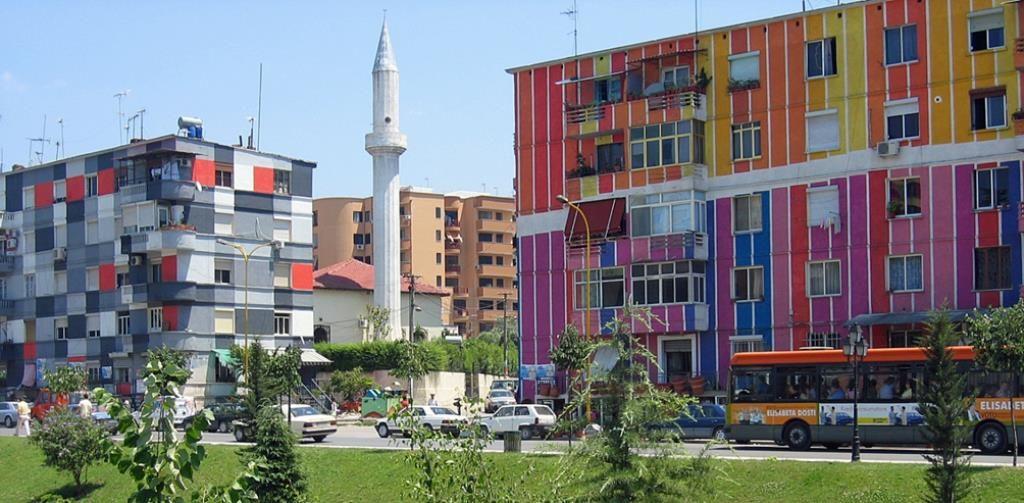 Яркие фасады домов в Тиране