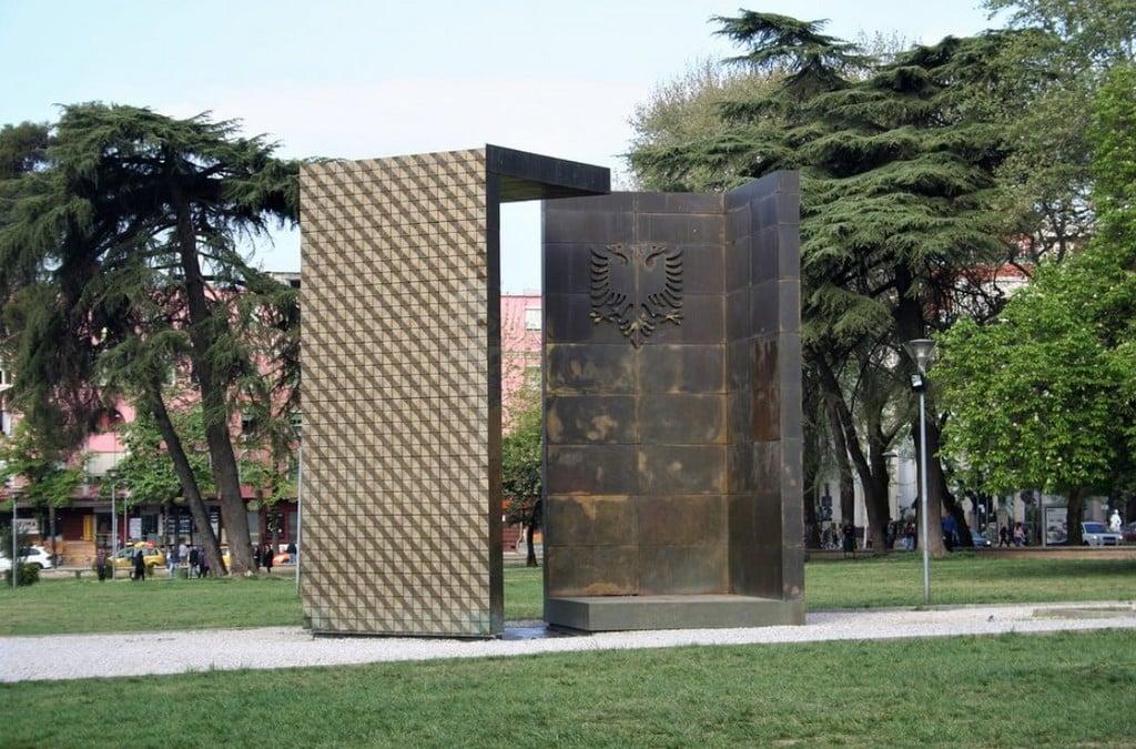 Монумент Независимости, Тирана
