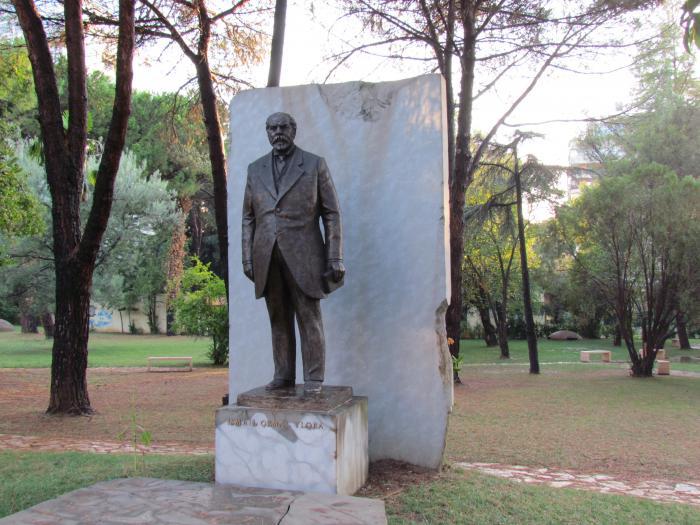 Памятник Исмаилу Кемали, Тирана