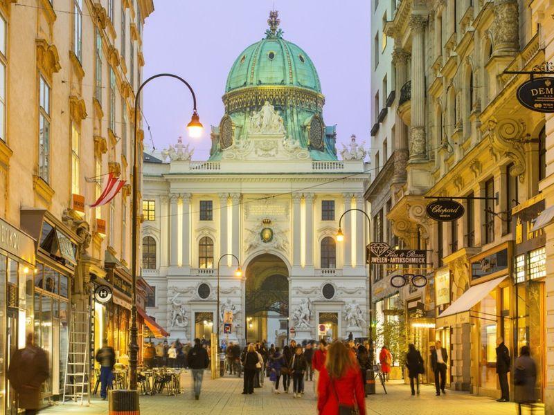 Вид на Хофбург с улицы Кольмаркт, Вена — Австрия