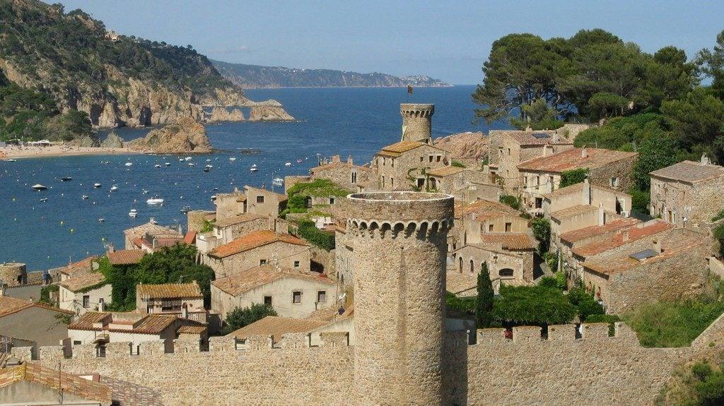 Тосса-де-Мар, вид с горы на крепость Вила Велла (Vila Vella)