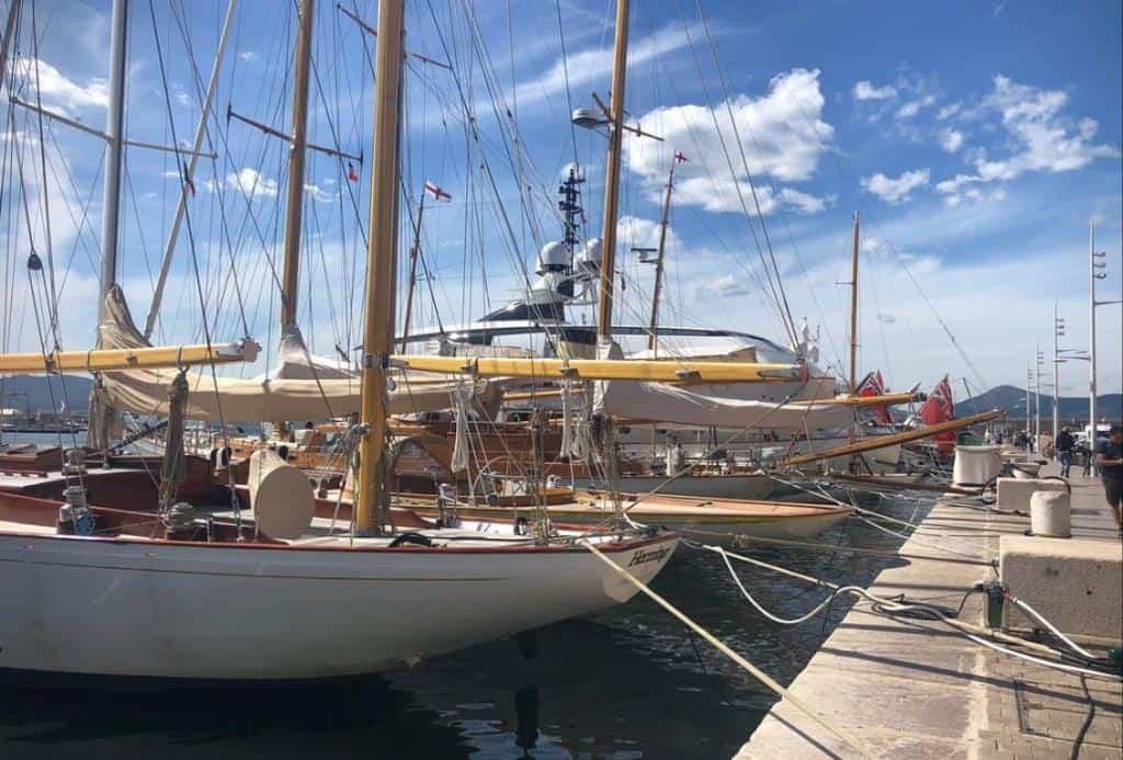 Яхты в гавани Сен -Тропе на Лазурном побережье