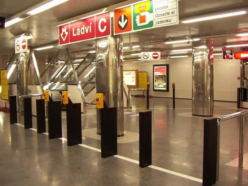 Желтые компостеры на входе в метро Прага (Praha) – Чехия