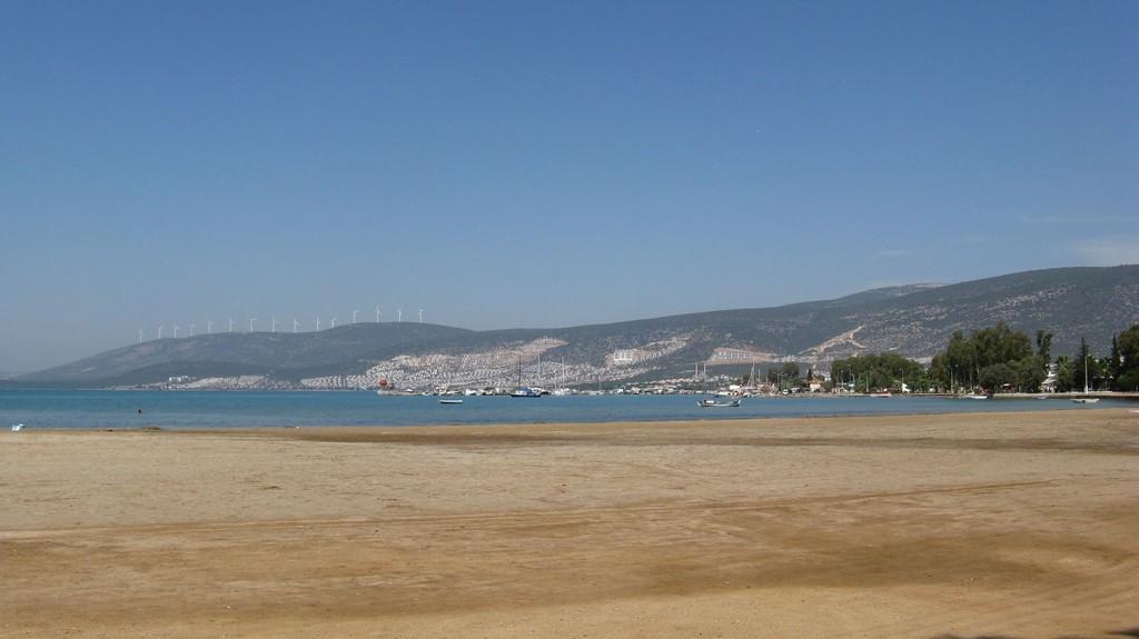 Пляж, залив, горы и ветряки (Турция)