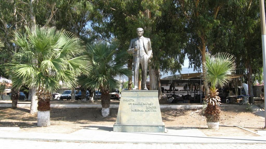 Памятник Ататюрку на набережной