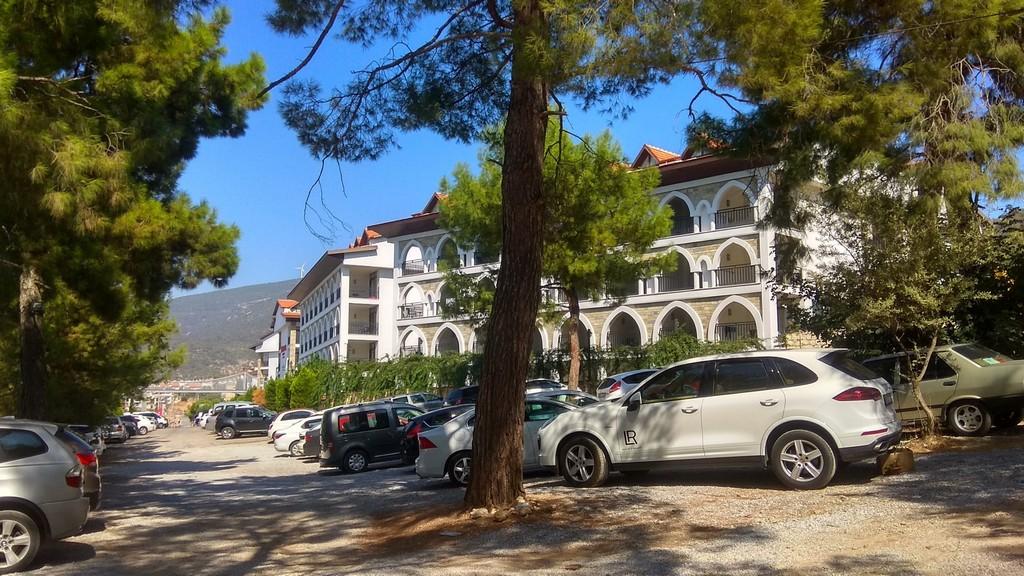 Парковка возле отеля