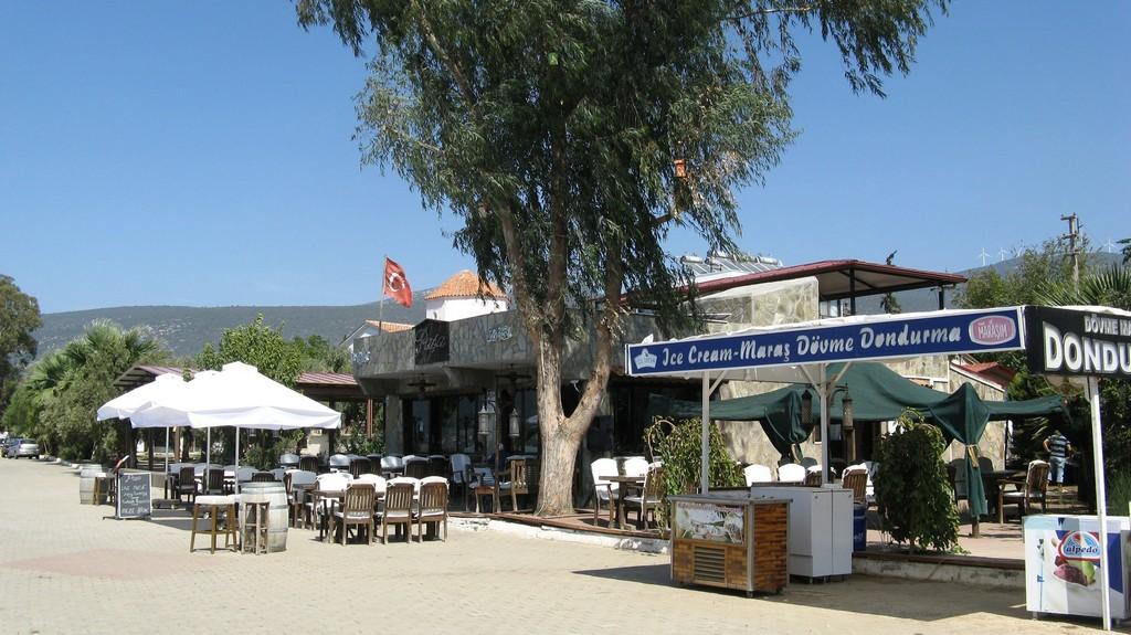 Кафе на набережной в Акбуке
