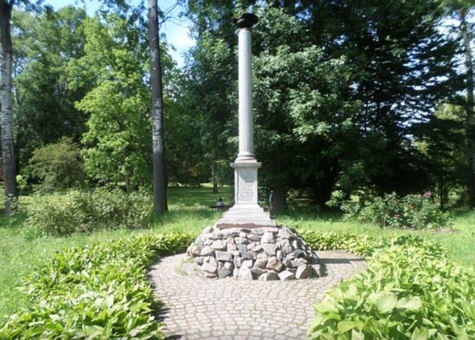 Колонна в честь садовника парка Августа Енса