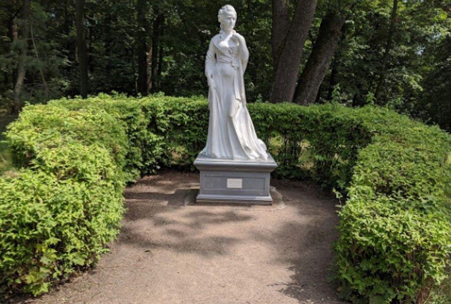 Памятник графине А. Браницкой – основательнице парка «Александрия» (1754-1838 гг)., скульптор М. Василенко, 2014