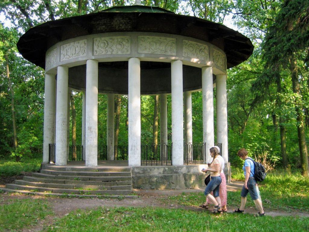 Альтанка в парке Александрия