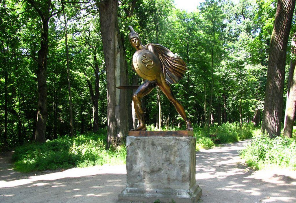 Скульптура греческого воина, установленная в августе 1993 года