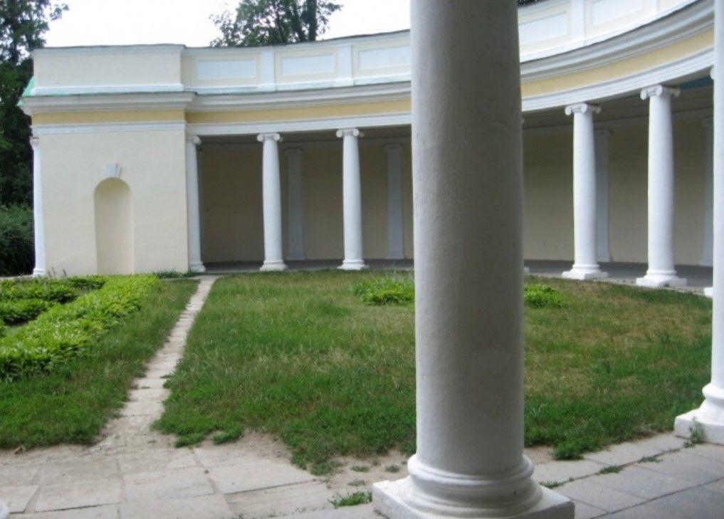 Колоннада «Эхо», Статуя Гермеса (у римлян — Меркурий) у павильона в парке Александрия Белая церковь