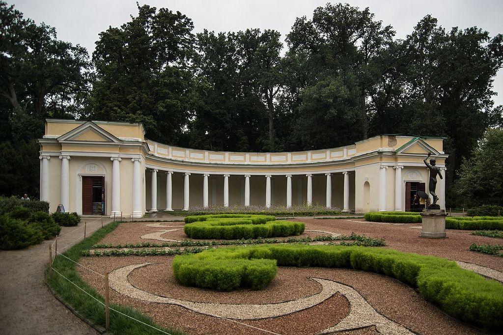 Коллонада Эхо - Парк Александрия, Белая церковь