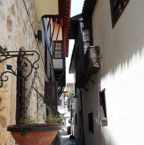 Узкая улочка Старого города Калеичи