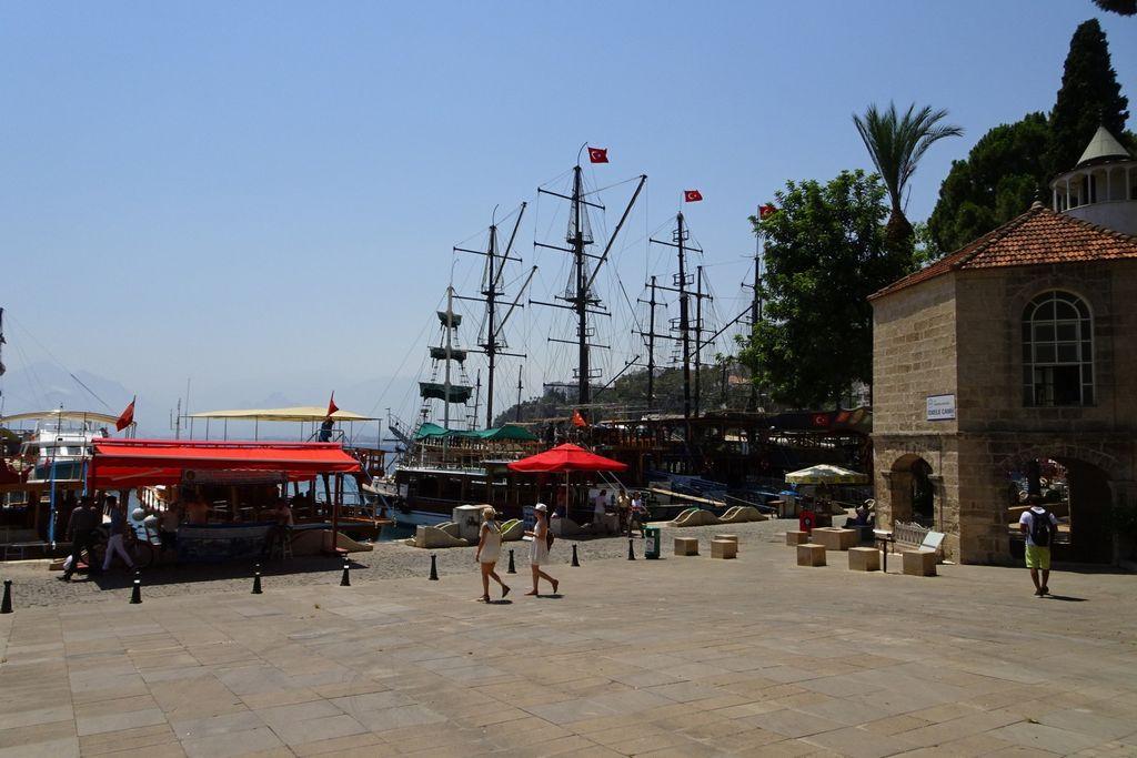 Мечеть Искеле и гавань для яхт