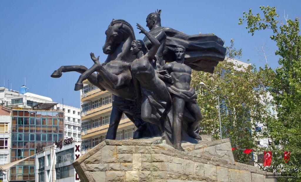 Памятник Кемалю Ататюрку на площади Революции в Анталье