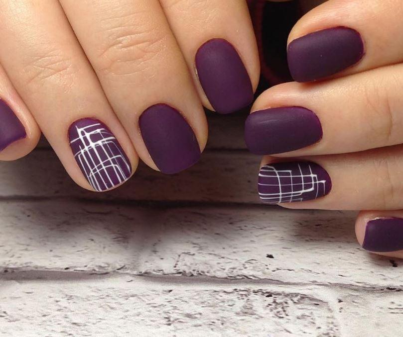 Осенний маникюр белая паутинка на фиолетовом