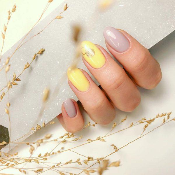 Яркий желтый с пастельным коричнево-серым