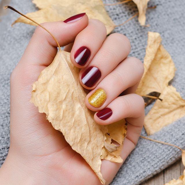 Осенний маникюр с выделением одного ноготка золотистым декором