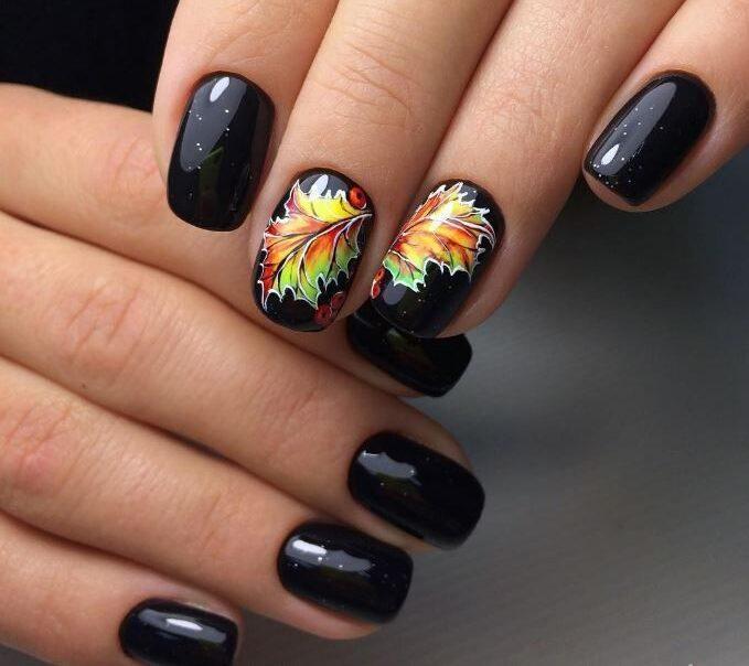 Осенний маникюр черный с кленовым листочком