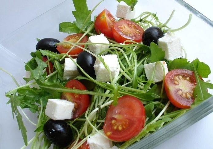 Салат из рукколы с фетой и помидорами