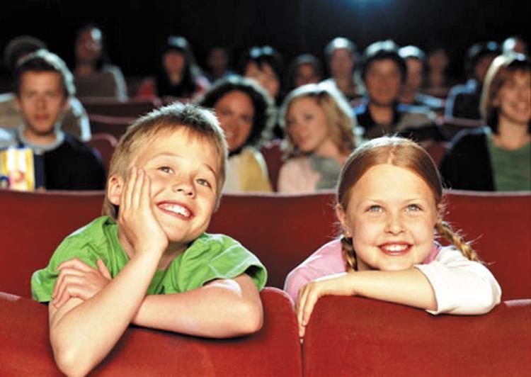 Дети в театре, билеты на представление – хороший подарок на день рождения