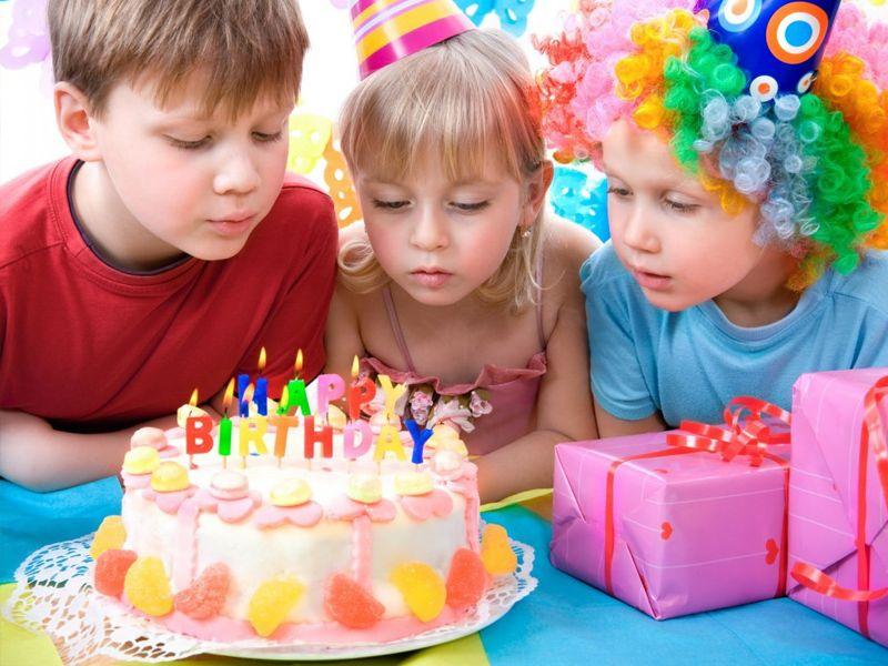 Торт со свечами - традиционный атрибут Дня рождения