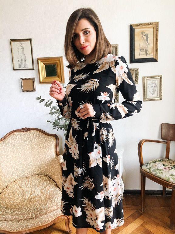 Платье с цветочным принтом чуть ниже колена