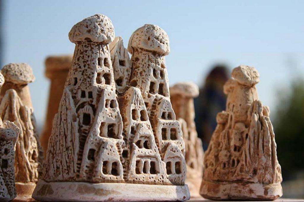 Статуэтки в виде скал Каппадокии с пещерными жилищами
