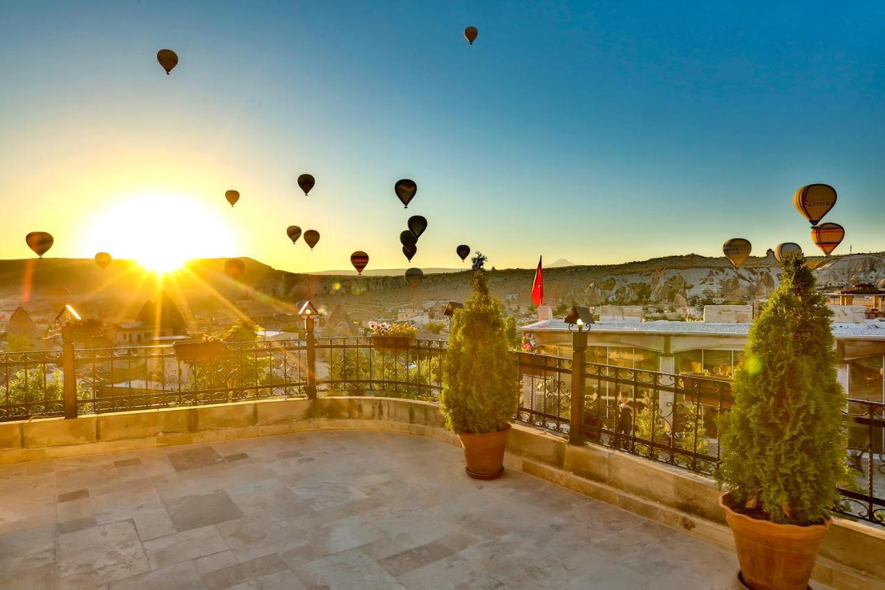 Каппадокия (Турция) В Каппадокии можно прямо с отелей наблюдать утреннее великолепие - полеты воздушных шаров