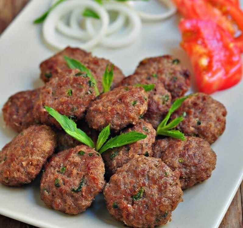 Кёфте - Рубленое мясо (говядину или баранину) смешивают с луком и специями, лепят из него фрикадельки или котлетки и зажаривают на открытом огне или отваривают
