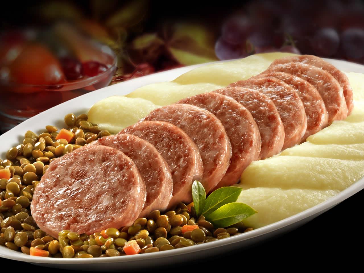 Пряная итальянская колбаса cotechino e lenticchie