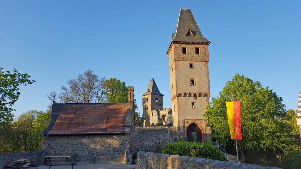 Замок Франкенштайн (Burg Frankenstein) в 15 км к югу от Дармштадта