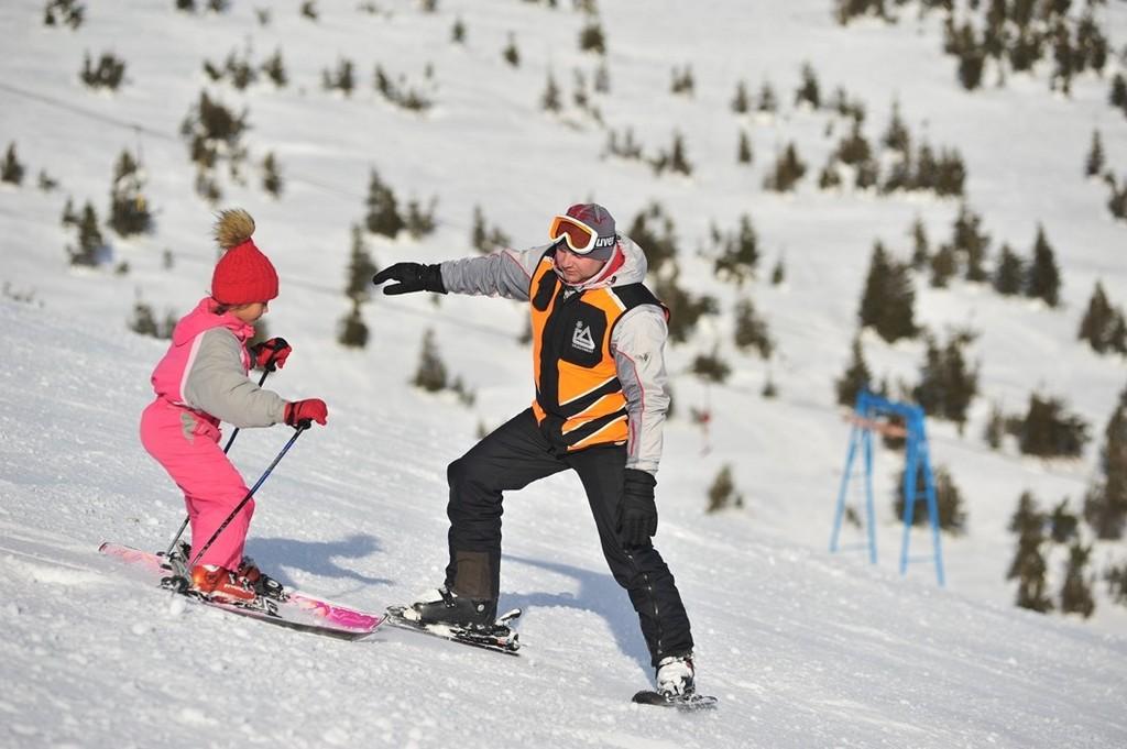 В лыжной школе Драгобрат учат кататься на лыжах детей (начиная с 3 лет