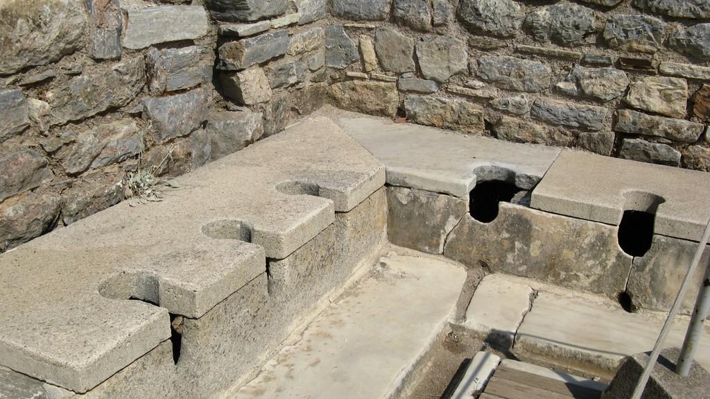 Античный туалет в одном из зданий Эфеса на улице Куретов