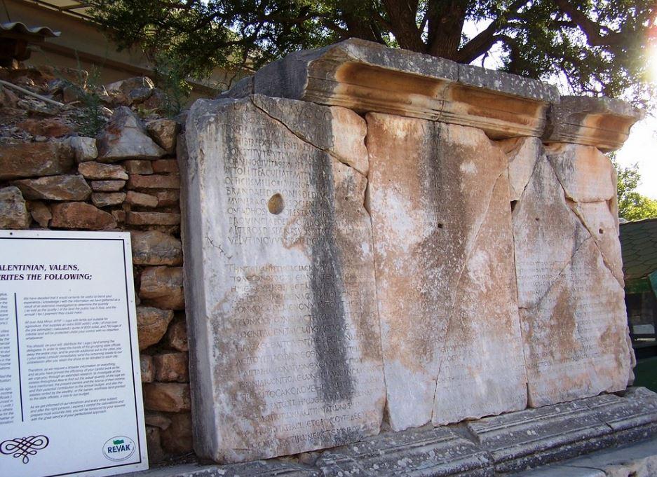 Мраморная стена с выгравленными на ней городскими законами
