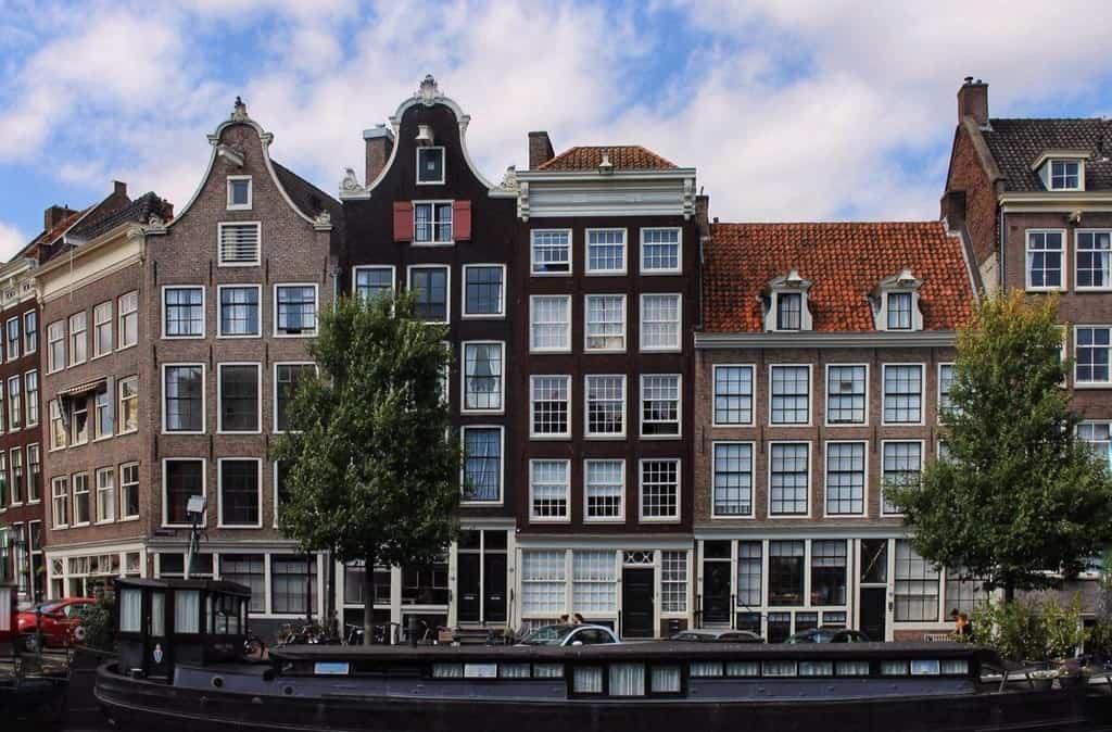 Падающие, танцующие дома Амстердам