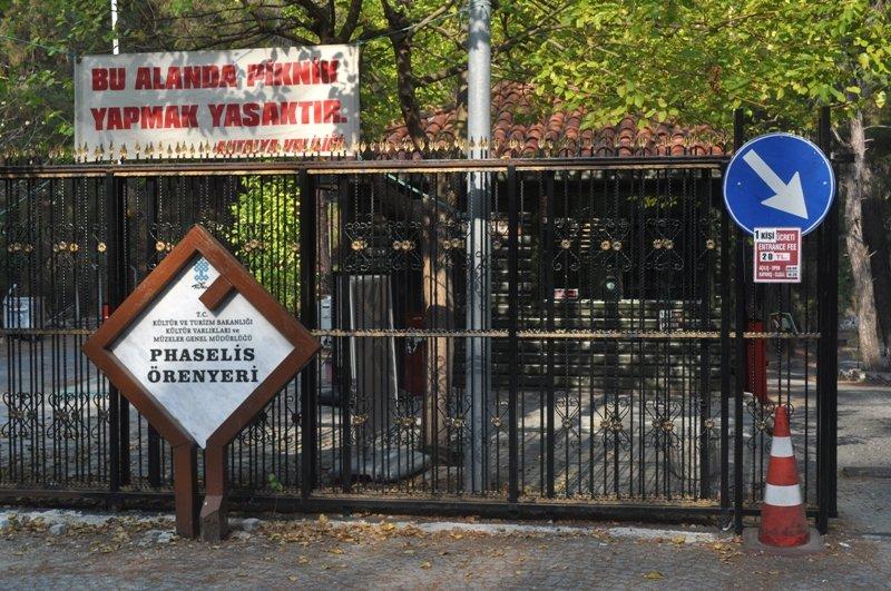 Контрольный пункт при входе на территорию древнего города Фаселис, Турция
