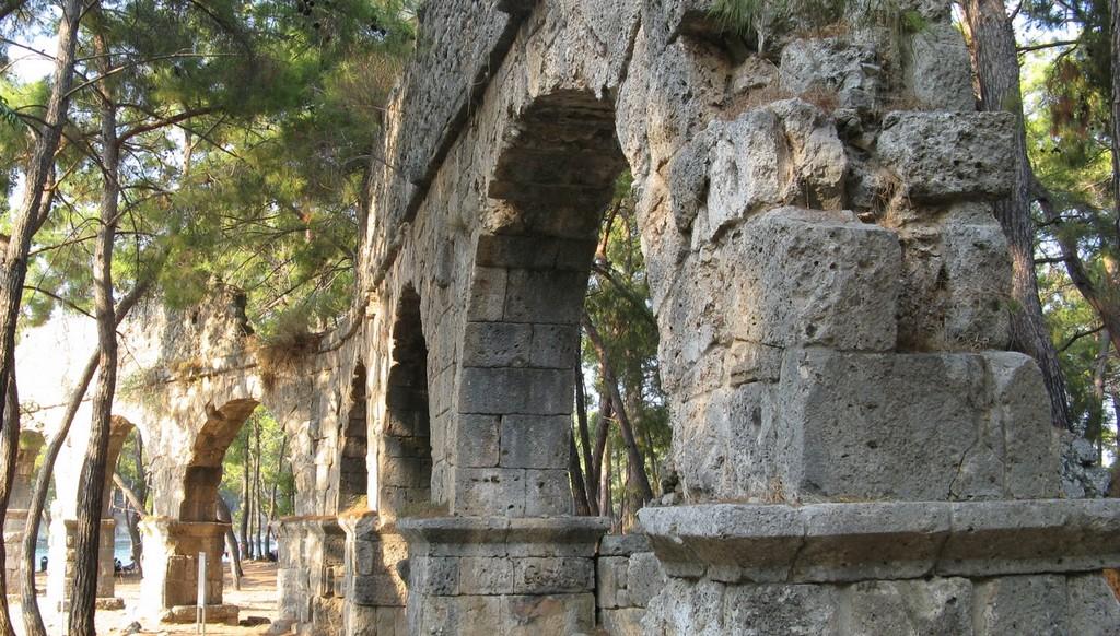 Линия акведука с севера на юг между болотом и городской гаванью. Фаселис в сентябре 2020 (Турция