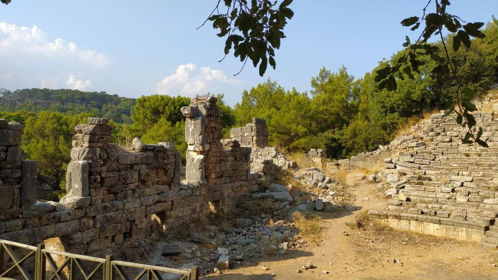 Внешняя северная стена строения использовалась в качестве городской стены позднего периода