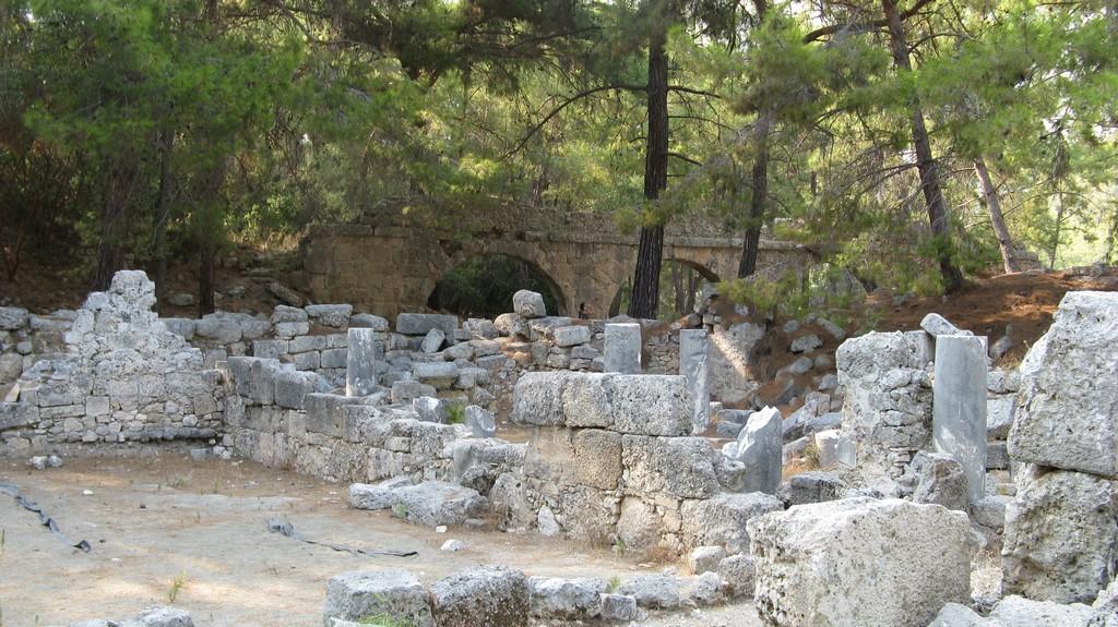 Руины построек античного города