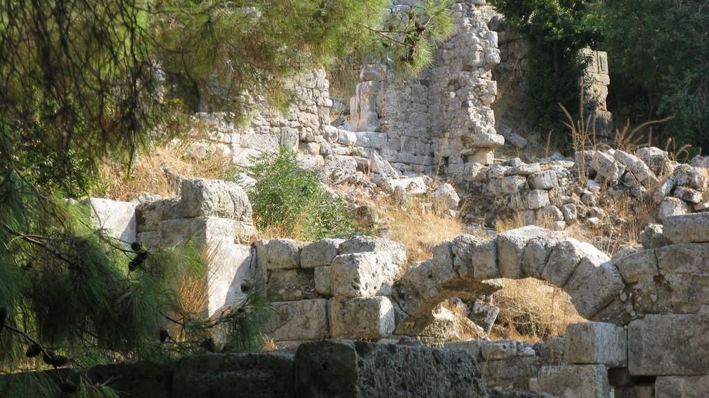 Руины древнего города Фаселис  в сентябре 2020 (Турция)