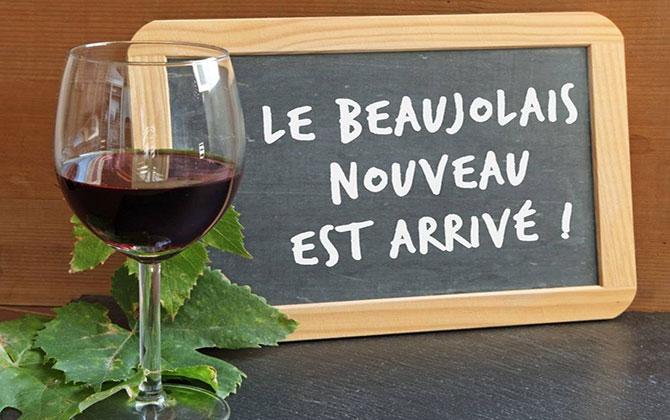 «Le Beaujolais est arrivé!» («Божоле прибыло!») - девиз для проходящих в этот день по всему миру празднеств